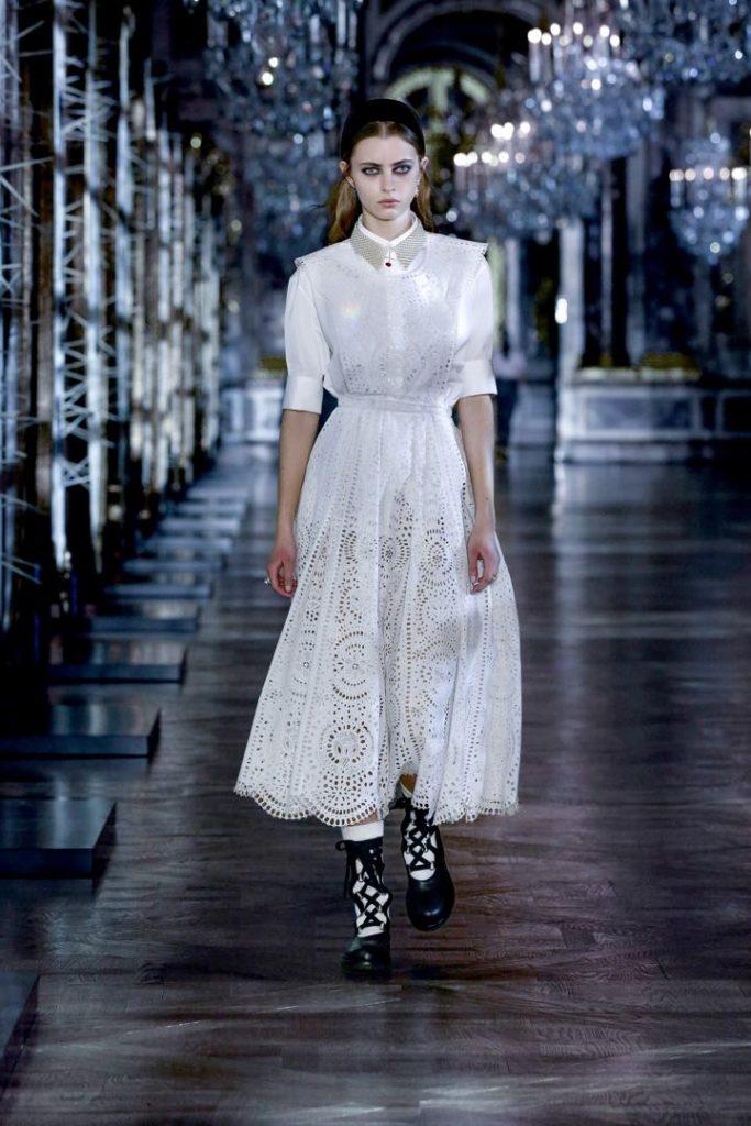 El blanco también es protagonista, destacado en este vestido